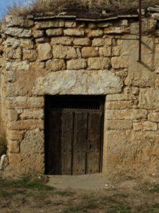 Puerta de entrada a bodega.