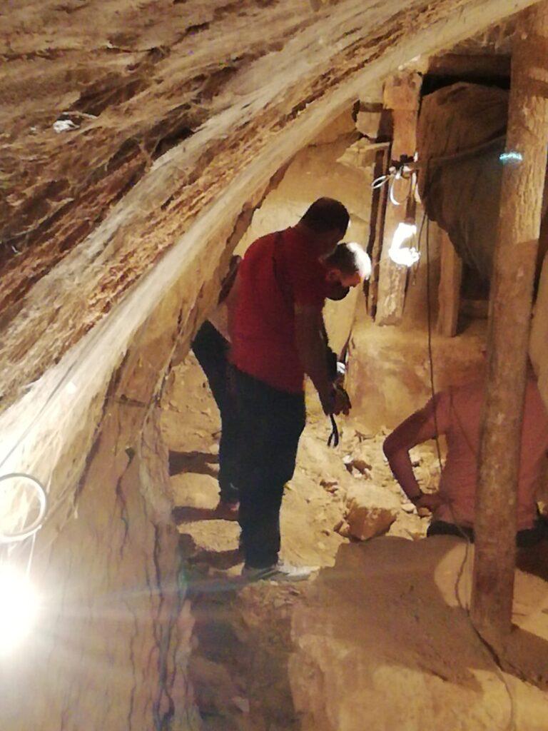 Artificieros analizando granada en bodega de Dueñas
